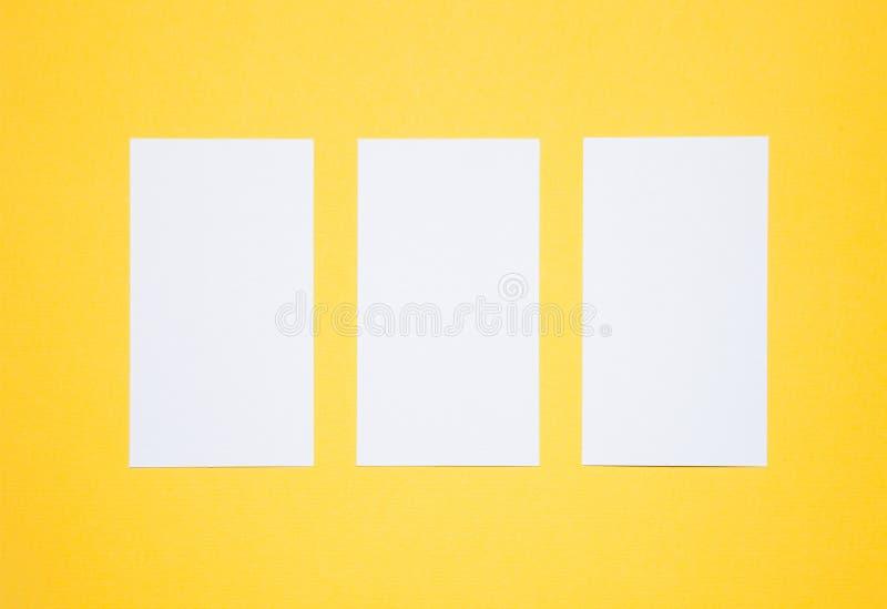Tomma affärskort på gul bakgrund royaltyfria bilder