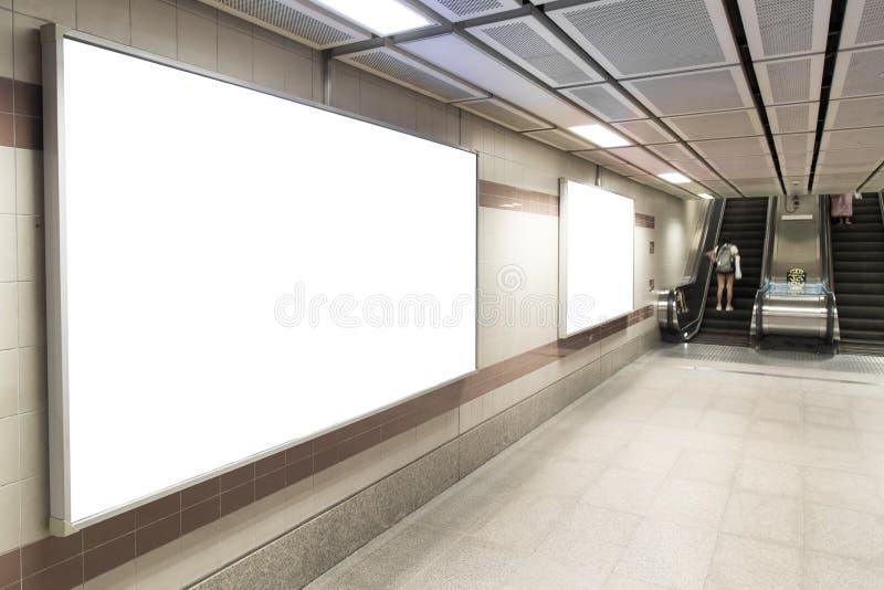 Tomma affischtavlaaffischer i gångtunnelstationen för annonsering arkivbild