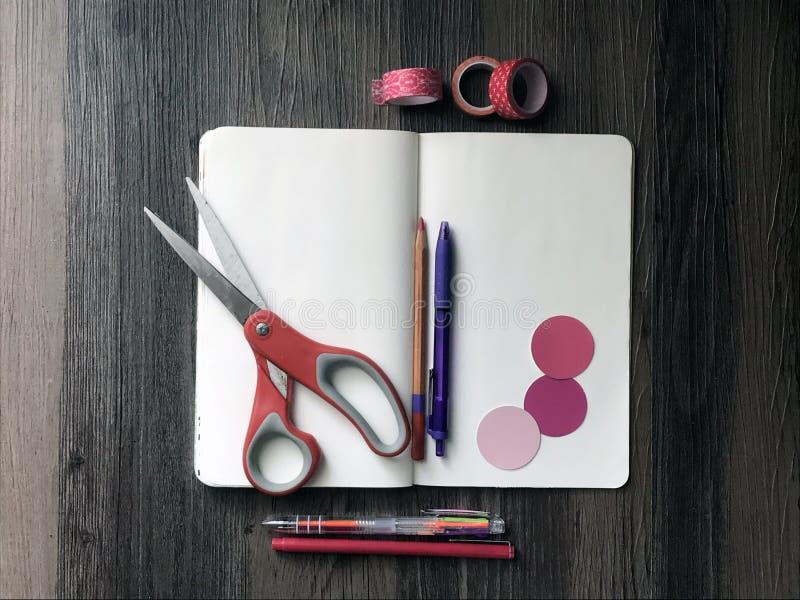 Tomma anteckningsbok- och konsttillförsel arkivfoton
