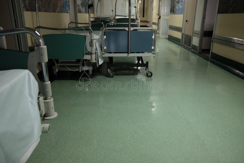 Tomma bårar på sjukhuskorridoren royaltyfri fotografi