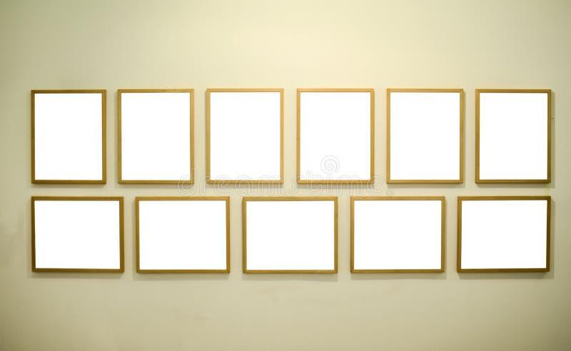 Tomma bildramar på galleriväggen arkivbilder