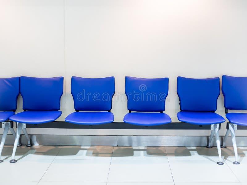 Tomma blått piskar flygplatsplatser på vit bakgrund arkivbilder