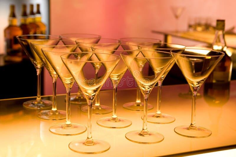 tomma exponeringsglas för coctail som gör förberedda martini royaltyfria bilder