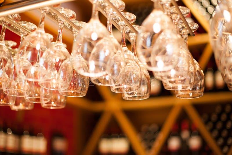 Download Tomma Exponeringsglas För Vin Ovanför En Stång Rack Fotografering för Bildbyråer - Bild av fritid, medf8ort: 37348223
