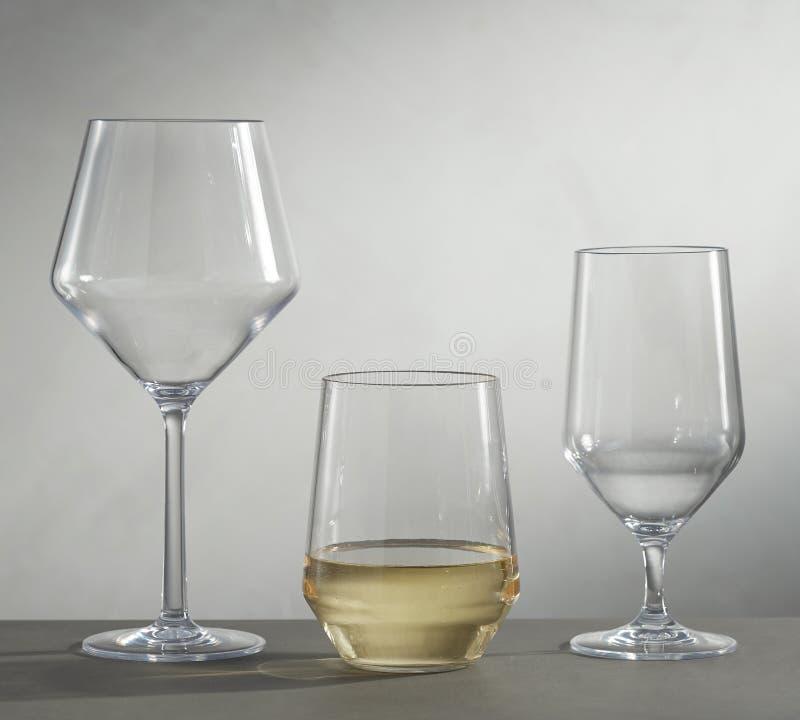 Tomma exponeringsglas f?r vin, champagne och drinkar p? vit bakgrund - Bild royaltyfri bild