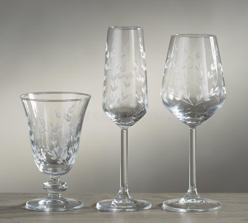 Tomma exponeringsglas f?r vin, champagne och drinkar p? vit bakgrund - Bild arkivbild
