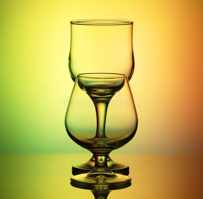 Tomma exponeringsglas på engräsplan bakgrund arkivfoton