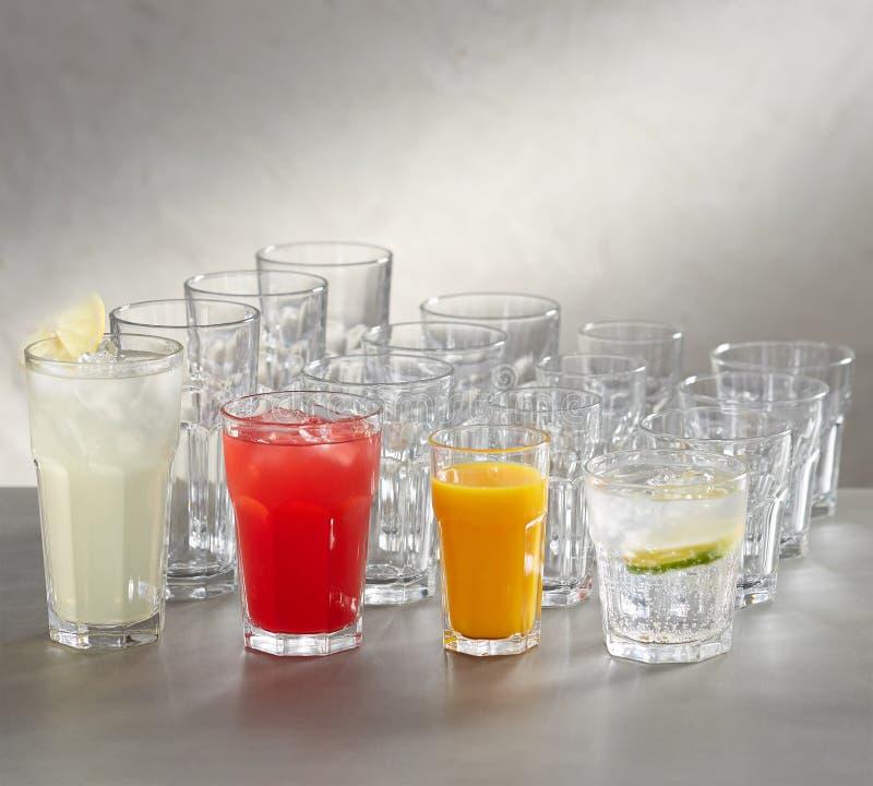 Tomma fruktsaftexponeringsglas -, röd fruktsaft, vit fruktsaft och rosa fruktsaft fotografering för bildbyråer