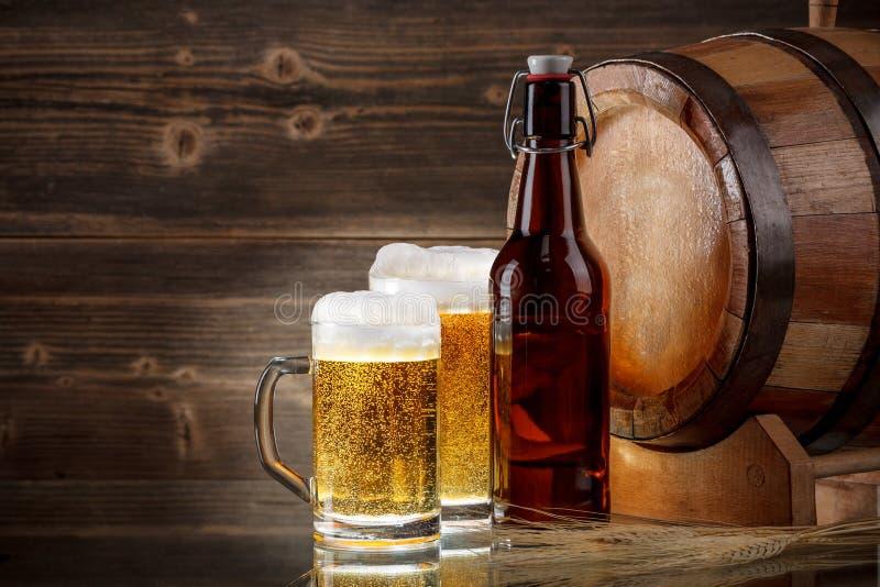 tomma fulla exponeringsglas för öl en sekund arkivfoto