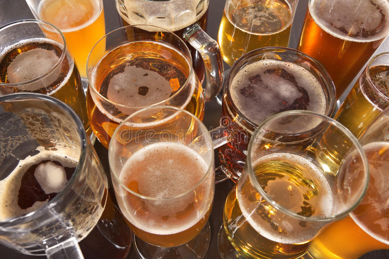 tomma fulla exponeringsglas för öl en sekund royaltyfria foton