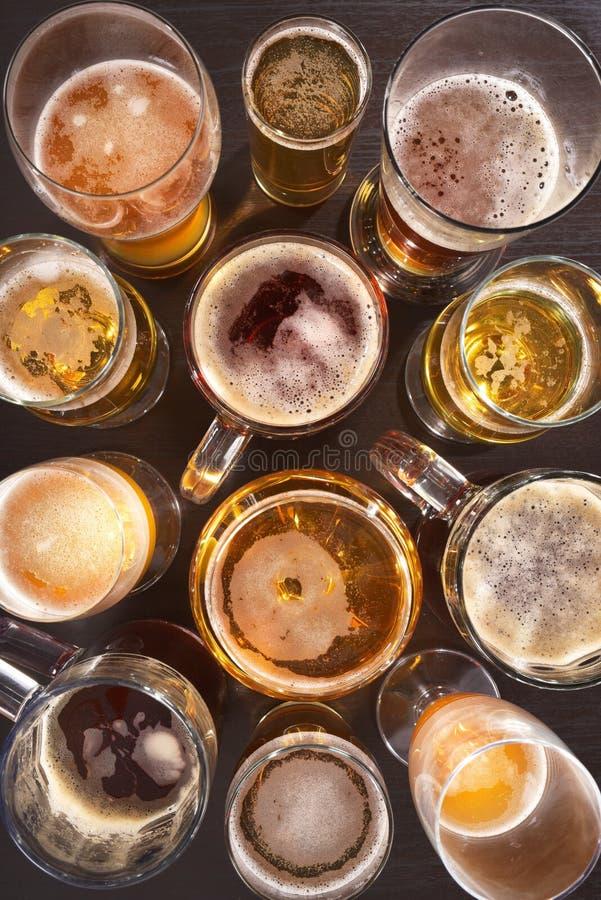 tomma fulla exponeringsglas för öl en sekund royaltyfri fotografi