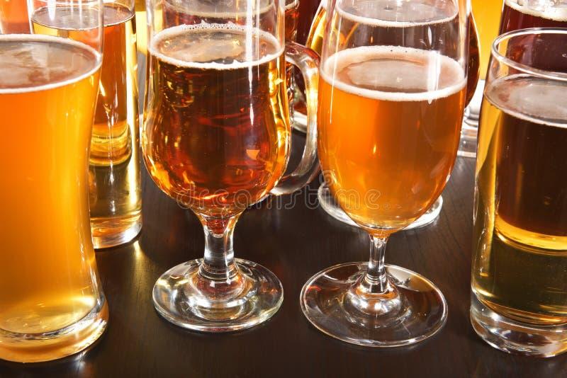 tomma fulla exponeringsglas för öl en sekund royaltyfri bild