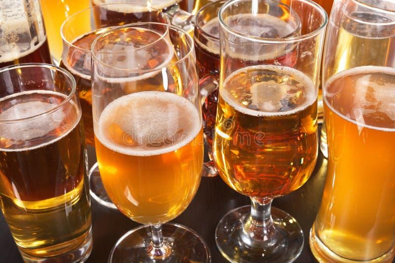 tomma fulla exponeringsglas för öl en sekund fotografering för bildbyråer