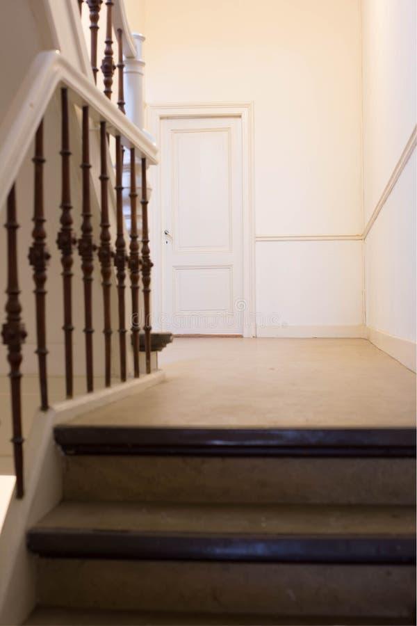 Tomma Hall till en dörr i ett hus royaltyfri bild