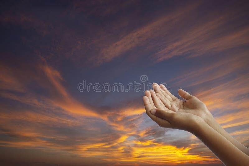Tomma handmuselmaner ber under de ramadan månaderna, begrepp: att att tillbe guden av himmel för förskoning fredagsböntider arkivfoto