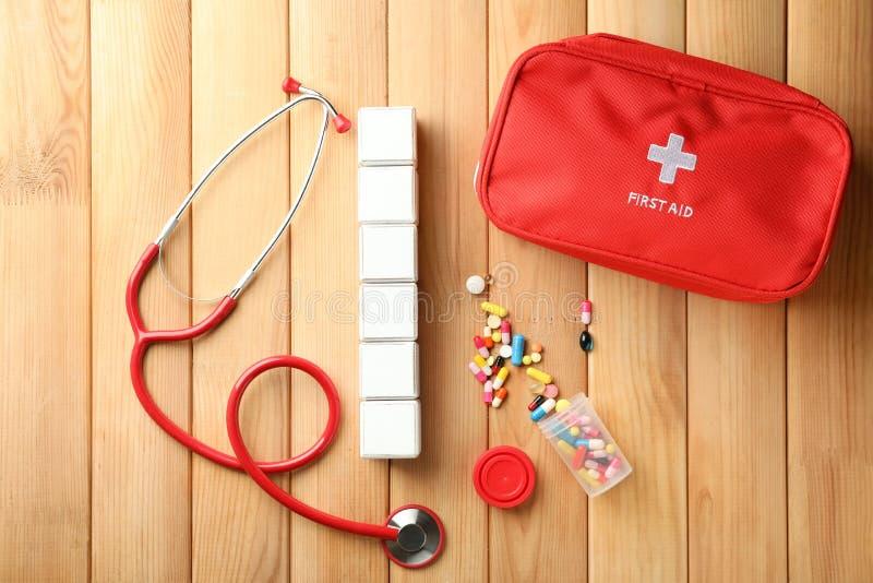 Tomma kuber med stetoskopet och piller på träbakgrund royaltyfri foto