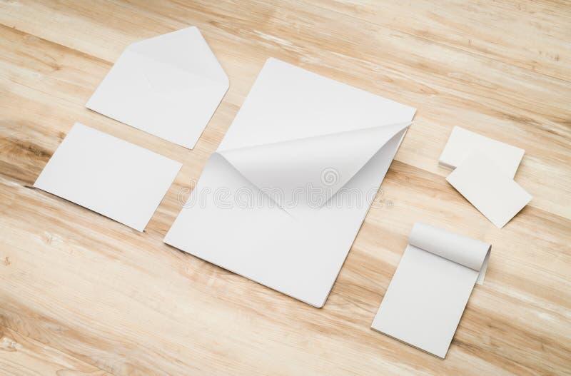 Tomma kuvert, det kända kortet och vitmallen skyler över brister på trä arkivfoton