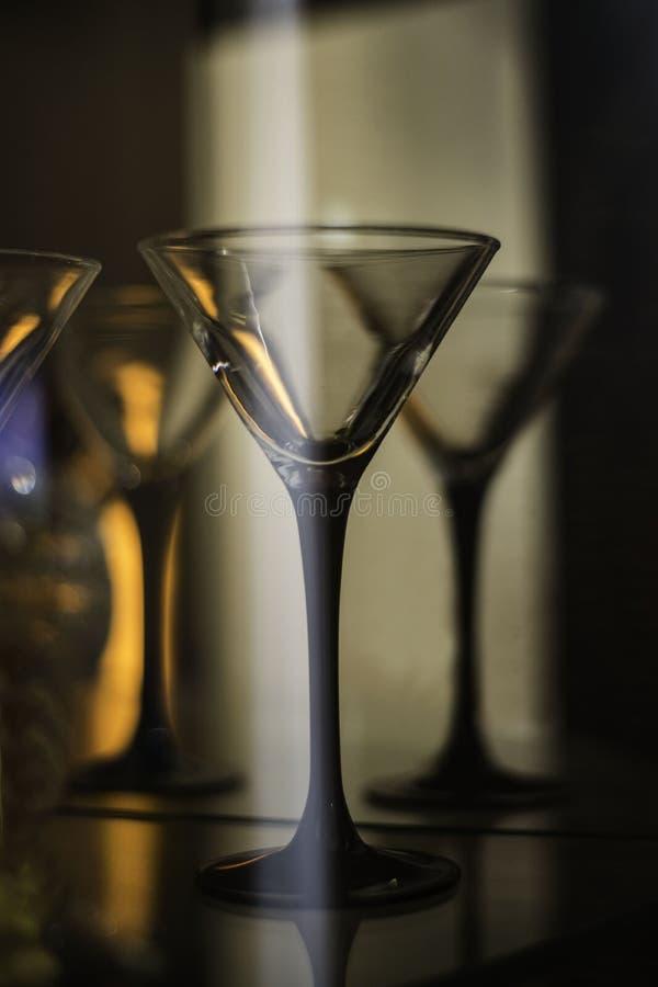 Tomma martini exponeringsglas i coctailstång royaltyfri bild