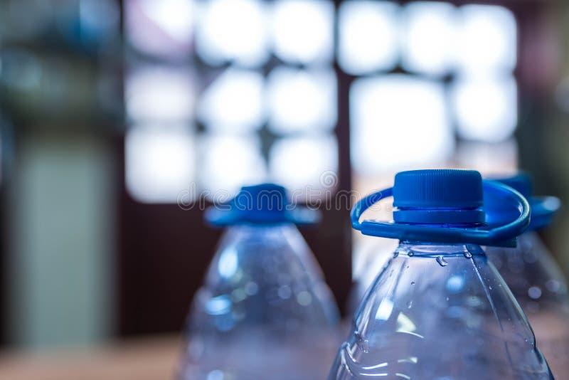 Tomma plast- vattenflaskor för återanvänder, blir grund djup av fältet royaltyfria foton