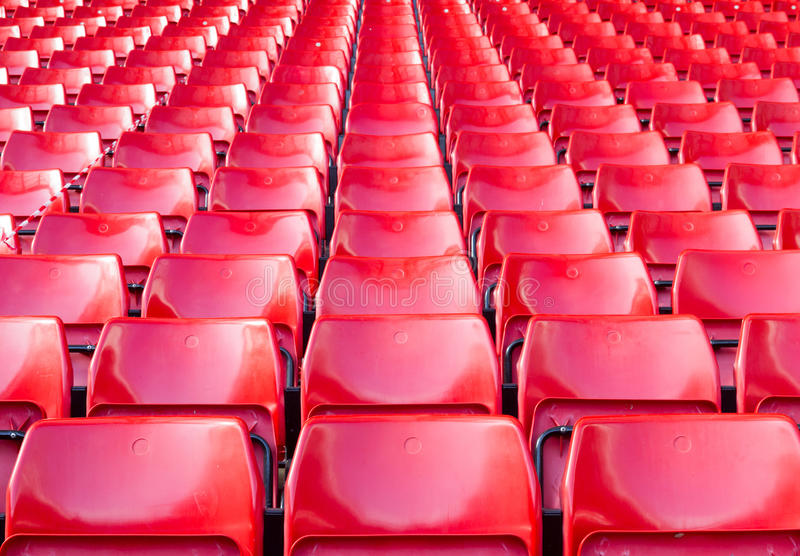 Tomma platser som är röda på stadion fotografering för bildbyråer