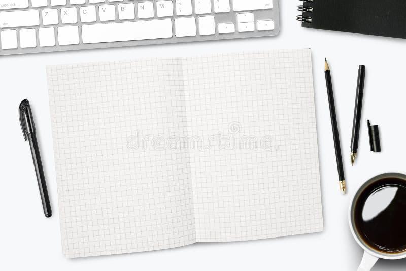 Tomma rasterlinjer anteckningsboksida på det vita skrivbordet B?sta sikt, lekmanna- l?genhet arkivfoto