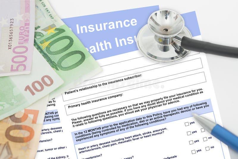 Tomma sjukförsäkringformer med stetoskop-, penn- och pengarsedlar royaltyfria foton