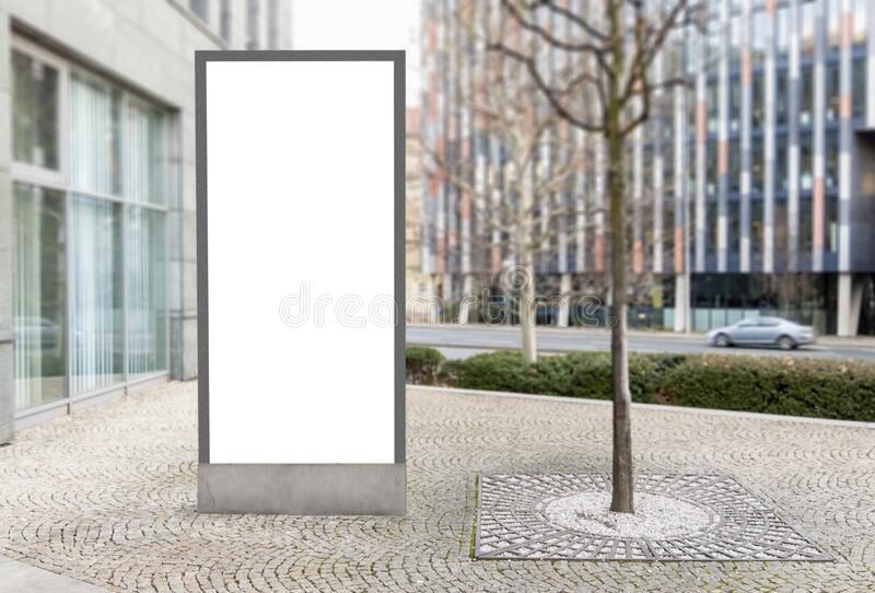 Tomma skyltar utomhus med utrymme för vita kopior i det finansiella distriktet arkivfoto