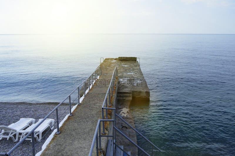 Tomma soldagdrivare vid havet tidigt p? morgonen, stillhet, soluppg?ng royaltyfria foton