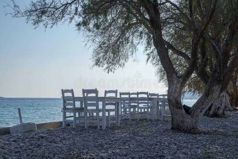 Tomma stolar på sjösidan royaltyfri bild