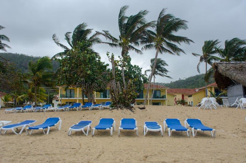 Tomma Sunbeds på stranden på framdelen av semesterorten arkivbild