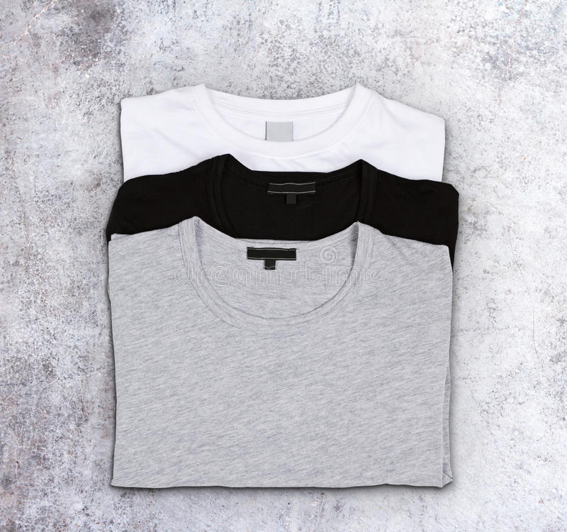 Tomma t-skjortor på en konkret yttersida royaltyfri fotografi