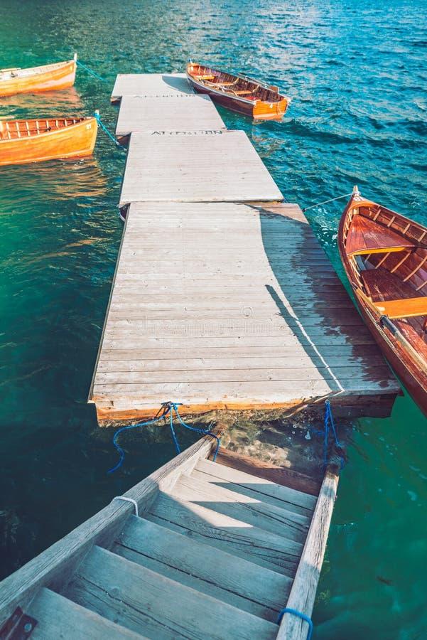 tomma träfartyg nära skeppsdocka på bergsjön arkivbilder