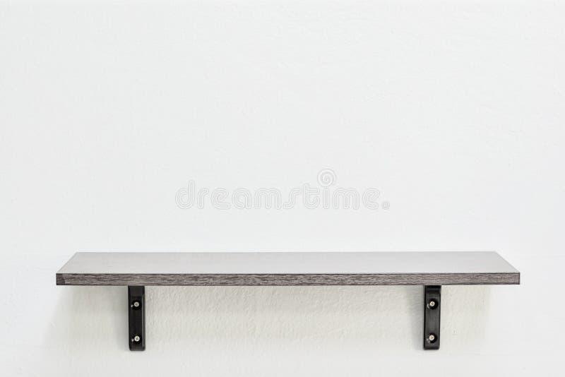 Tomma trähyllor på väggen för design för modell för produktskärmmallar arkivfoton