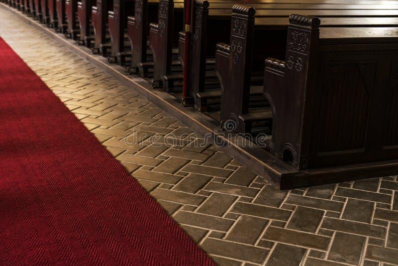 Tomma träkyrkliga bänkar av en kristen kyrka royaltyfri fotografi
