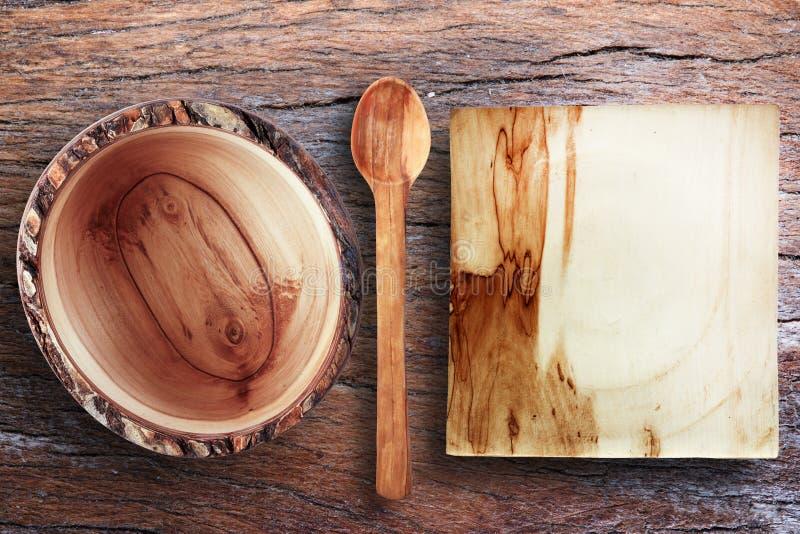 Tomma träredskap på en gammal träbunke för trätabell som är trä royaltyfria bilder
