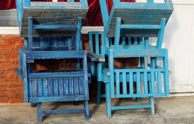 Tomma trästolar framme av coffee shop arkivfoto