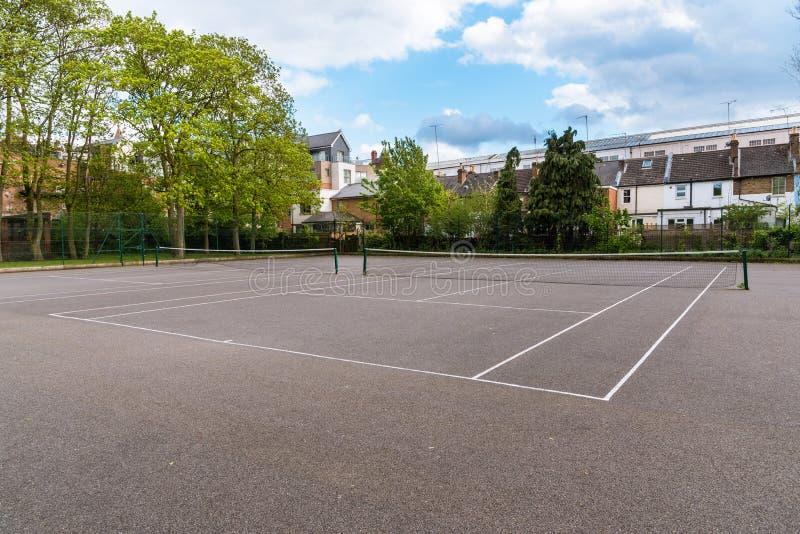 Tomma utomhus- tennisbanor i parkerar royaltyfri bild