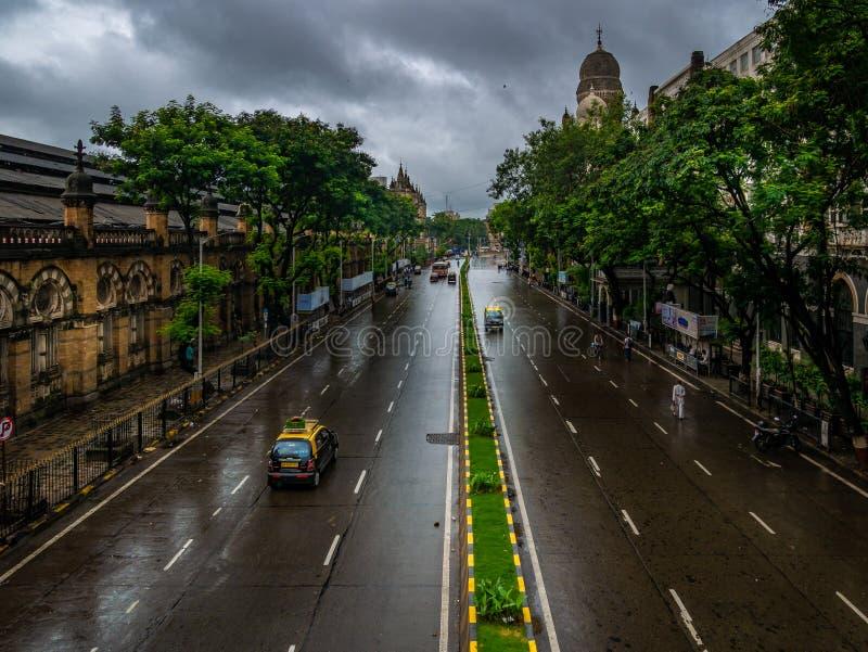 Tomma vägar med ingen trafik på CST Mumbai under regniga dagar royaltyfria bilder
