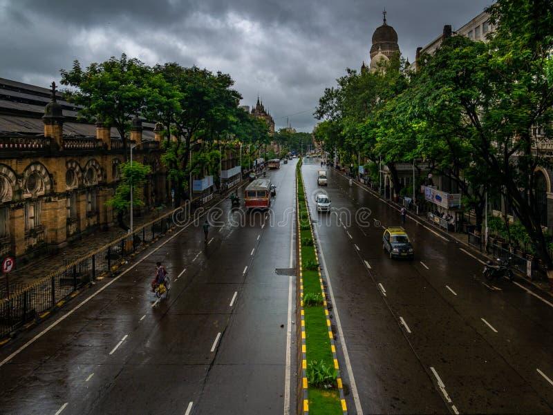 Tomma vägar med ingen trafik på CST Mumbai under regniga dagar arkivfoto