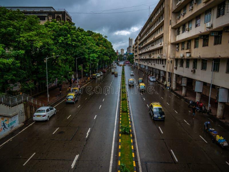 Tomma vägar med ingen trafik på CST Mumbai under regniga dagar royaltyfri fotografi