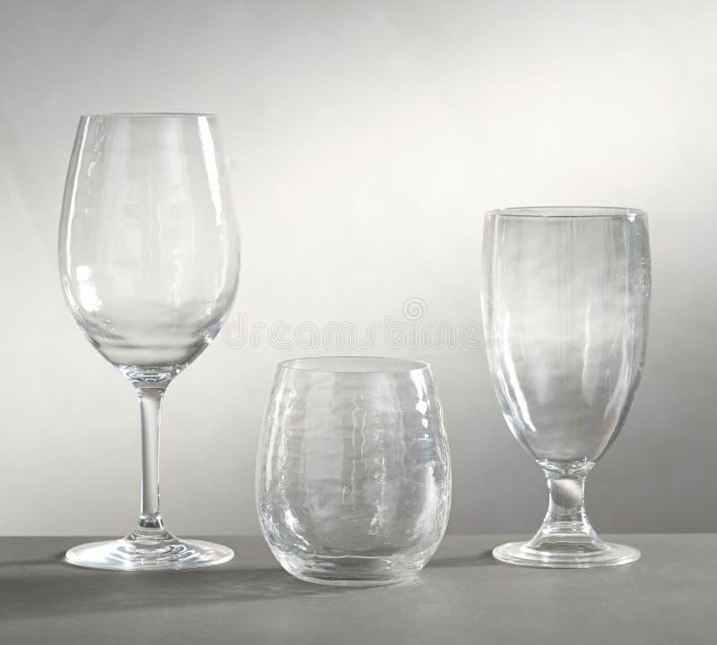 Tomma vinexponeringsglas, tomma exponeringsglas för vin, champagne och drinkar på vit bakgrund - Bild fotografering för bildbyråer