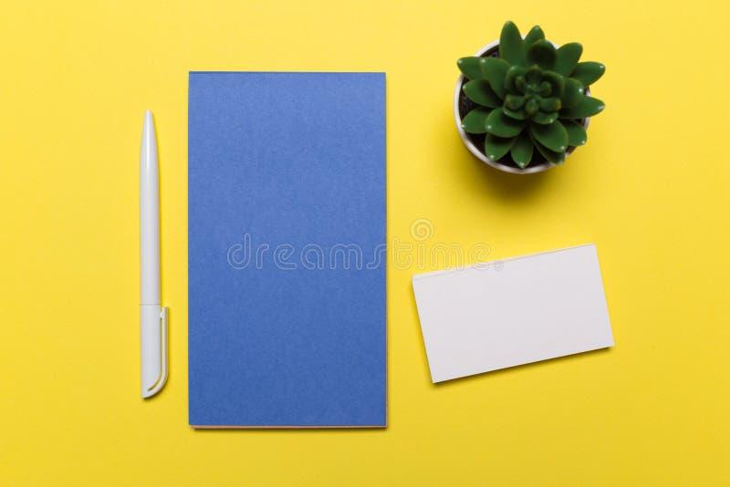 Tomma vita affärskort på gul bakgrund Modell för att brännmärka identitet arkivfoto