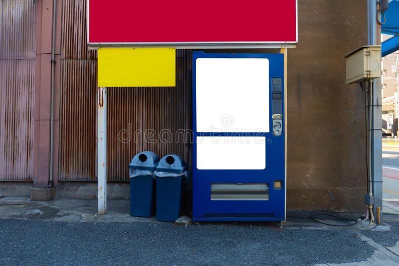Tomma vita hyllor av varuautomaten royaltyfri bild