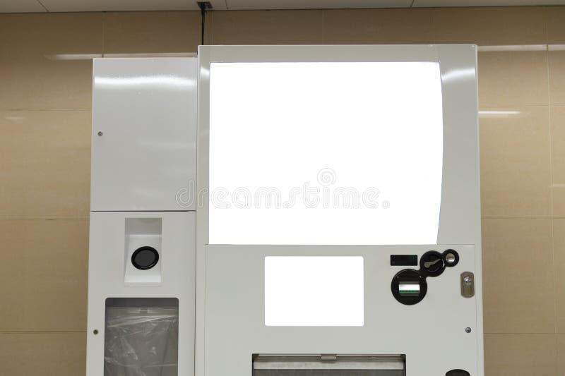Tomma vita hyllor av varuautomaten fotografering för bildbyråer