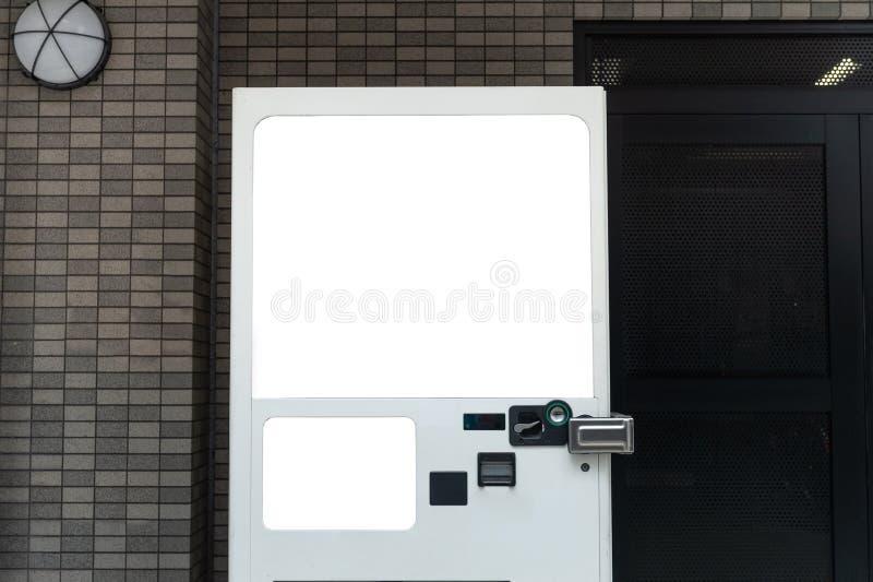 Tomma vita hyllor av varuautomaten royaltyfria foton
