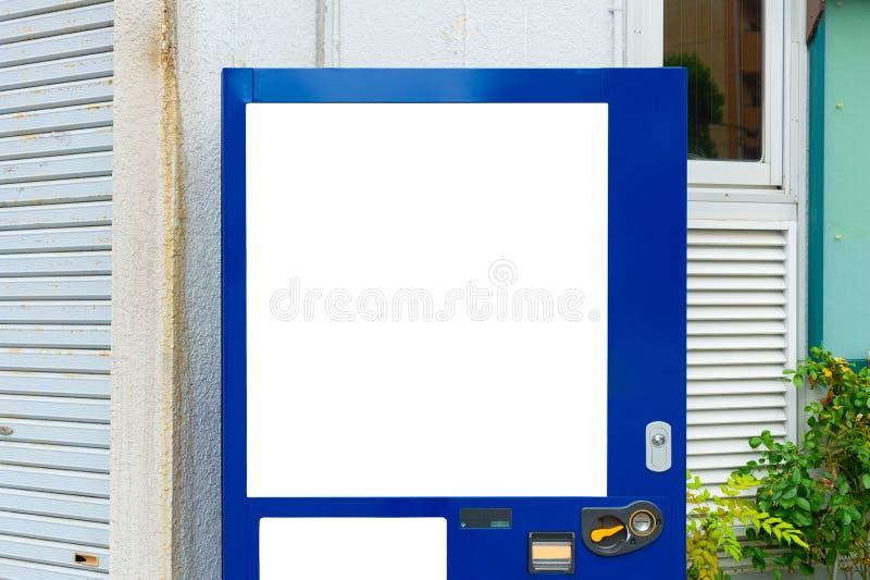 Tomma vita hyllor av varuautomaten royaltyfri fotografi