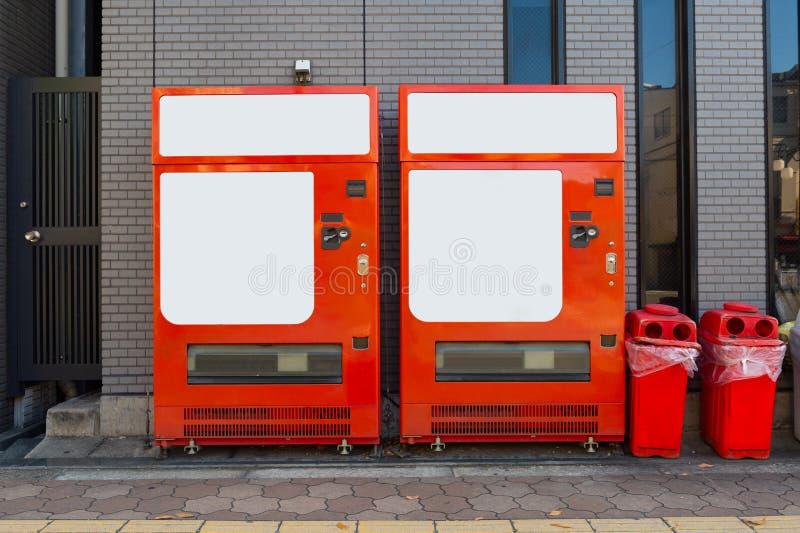 Tomma vita hyllor av varuautomaten royaltyfria bilder