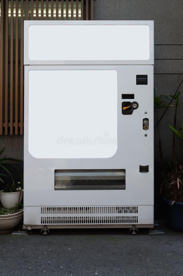 Tomma vita hyllor av varuautomaten arkivbilder
