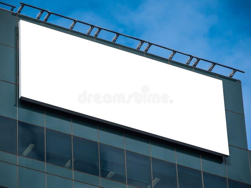 Tomma vita rektangulära affischtavlor i modern kontorsbyggnad med glasfasad arkivbild