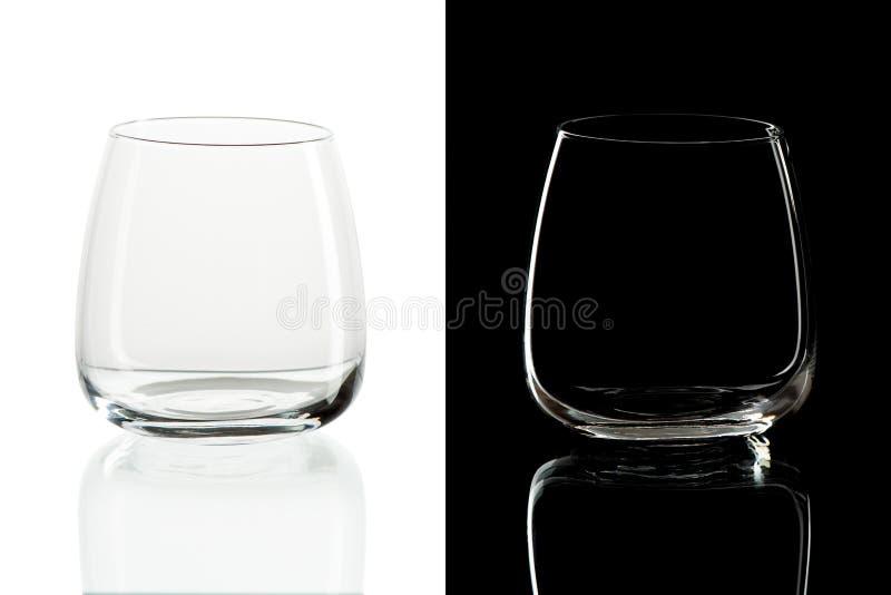 Tomma whiskytorktumlareexponeringsglas på svart abdvitbakgrund arkivfoton